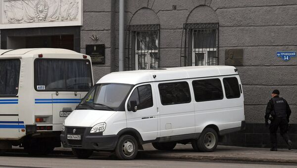 Сотрудник полиции у входа в здание управления ФСБ по Архангельской области, где произошел взрыв. Архивное фото
