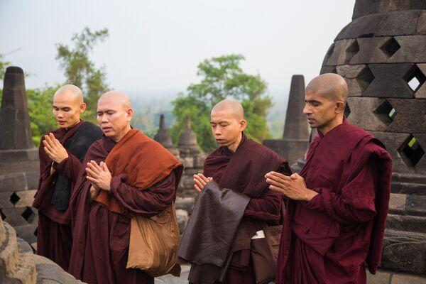 Монахи в Буддийском храмовом комплексе Борободур на острове Ява
