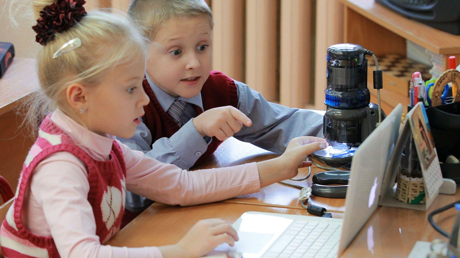 Ученики в классе во время занятий. Архивное фото - РИА Новости, 1920, 13.04.2021