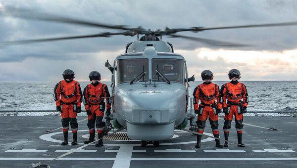 Португальские военнослужащие на палубе норвежского фрегата HNoMS Helge Ingstad во время совместных учений войск НАТО Trident Juncture 2018 (Единый трезубец) в Норвежском море. 26 октября 2018