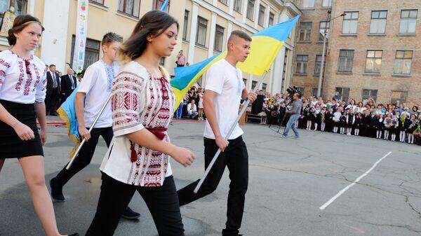 Ученики на торжественной линейке в киевской школе