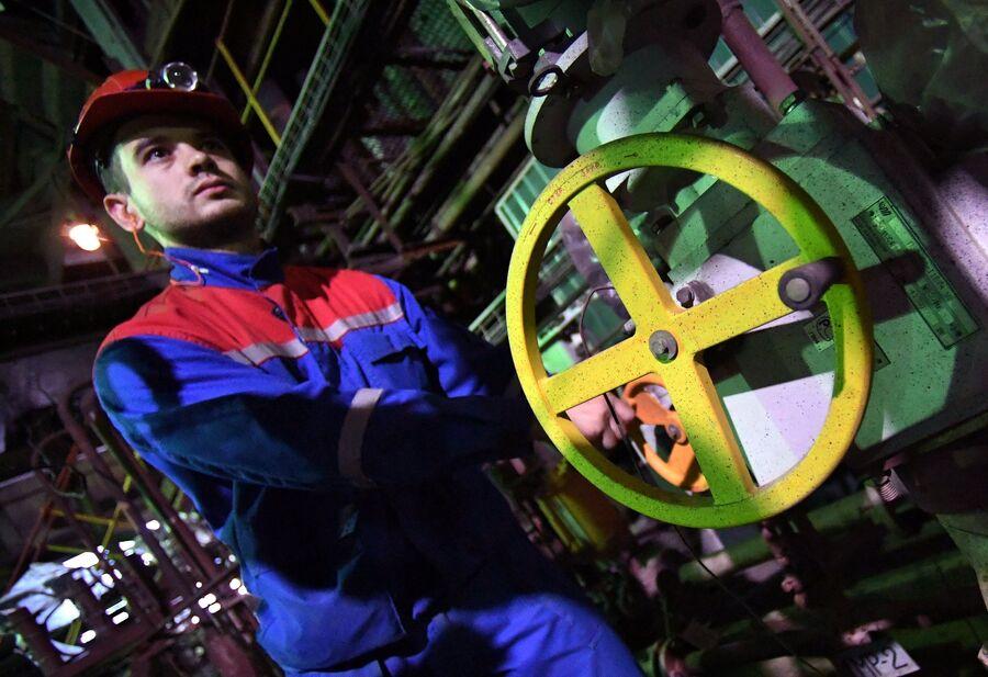 Рабочий в котельном цехе ТЭЦ