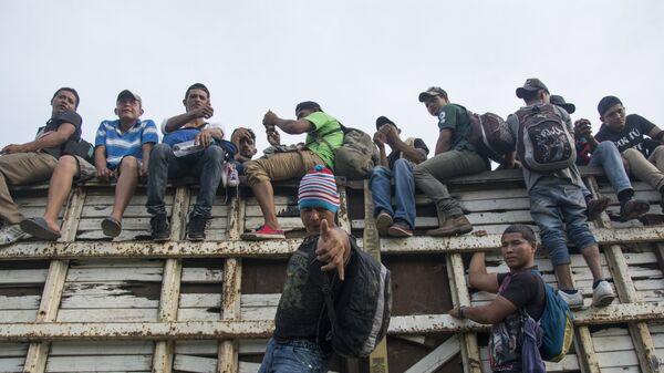 Мигранты из Гондураса, направляющиеся по территории Мексики в направлении границы с США. Архивное фото