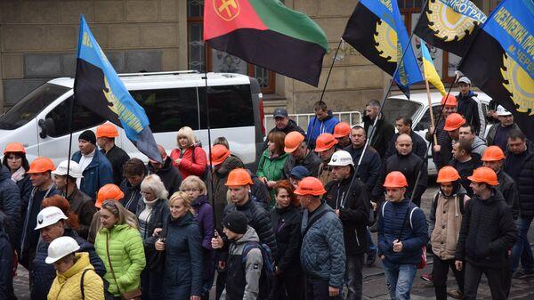 Участники акции протеста шахтеров  на одной из улиц Львова