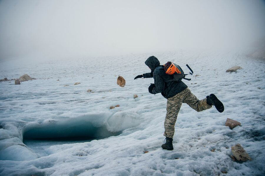 Швыряю камень в заполненную водой трещину ледника. г. Фишт Главный Кавказский хребет, сентябрь.