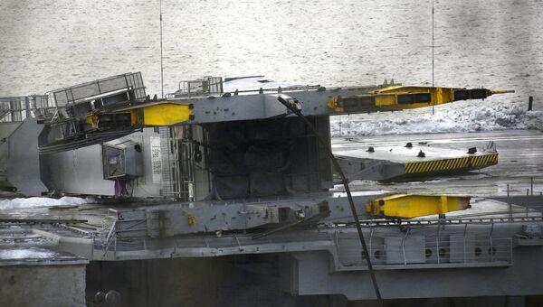 Крейсер Адмирал Кузнецов у причала 35-го судоремонтного завода. Архивное фото
