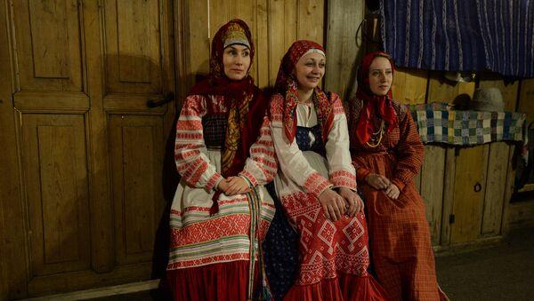 Артисты в национальных костюмах в архитектурно-этнографическом музее Семенково в Вологодской области
