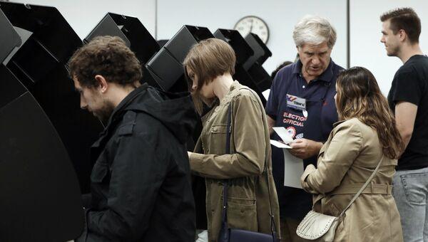 Избиратели во время голосования в публичной библиотеке города Вашингтона. 2 ноября 2018