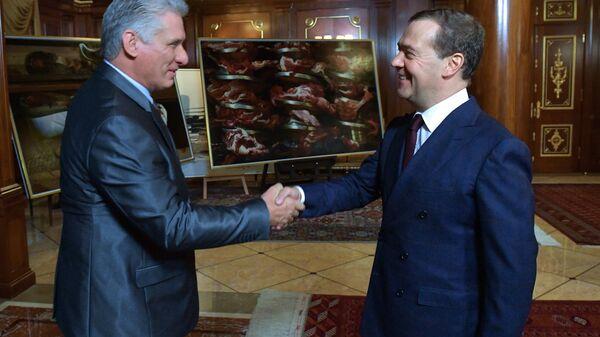 Председатель правительства РФ Дмитрий Медведев и председатель Госсовета Кубы Мигель Диас-Канель Бермудес