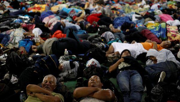 Караван мигрантов, направляющийся из центральной в США, спит на площади города Метапа, Мексика. 3 ноября 2018