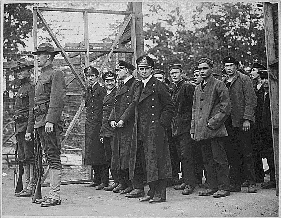 Захваченные в плен офицеры и матросы немецкой подводной лодки входят в ворота тюрьмы для военнопленных в штате Джорджия, США. Первая Мировая война