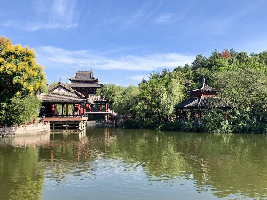 Беседки на пруду в центре киноматографии «Цинминшанхэту», Хэньдян, Чжэцзян, Китай
