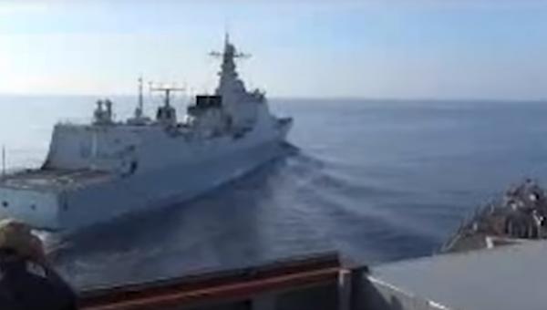 Опубликовано видео опасного сближения военных кораблей США и Китая. Скриншот