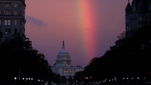 Радуга над зданием Капитолия в Вашингтоне в день голосования на промежуточных выборах в конгресс США. 6 ноября 2018