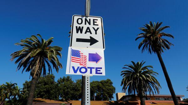 Указатель избирательного участка во время промежуточных выборов в конгресс США. Архивное фото