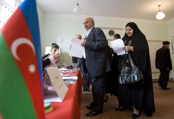 Азербайджанцы проголосовали за поправку о переизбрании президента