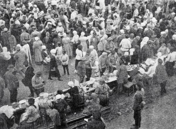 Торговля на Смоленском рынке в Москве. Рынок на этом месте существовал с XVII века (ныне Смоленская площадь).