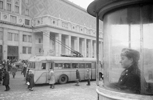 Триумфальная площадь в Москве. Концертный зал имени Петра Ильича Чайковского – на втором плане.