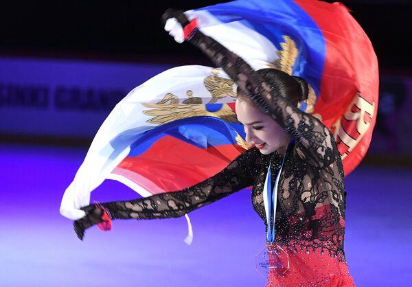 Алина Загитова, завоевавшая золотую медаль в женском одиночном катании на 3-м этапе Гран-при по фигурному катанию в Хельсинки, на церемонии награждения