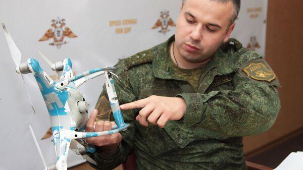 Начальник пресс-службы Управления народной милиции ДНР Даниил Безсонов во время демонстрации сбитого беспилотного летательного аппарата Фантом-4 в Донецке. 8 ноября 2018