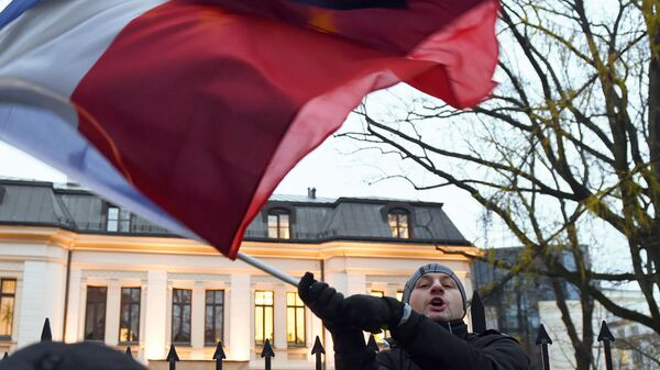 Молодой человек с флагом Польши