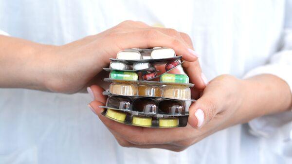 Лекарства в руках у фармацевта