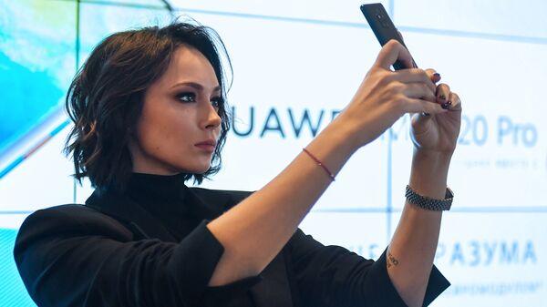 Актриса Настасья Самбурская в фирменном магазине HUAWEI в ТРЦ Афимолл в Москве, где началась продажа флагманских смартфонов Huawei Mate 20 и Huawei Mate 20 Pro
