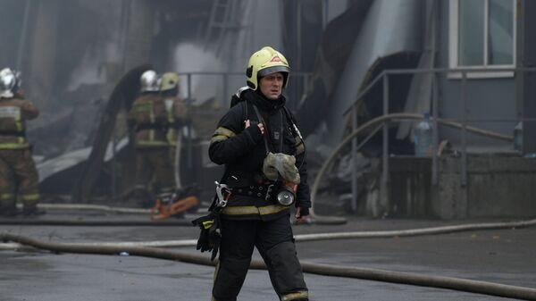 Сотрудник противопожарной службы МЧС РФ во время тушения пожара в торговом центре Лента на Набережной Обводного канала в Санкт-Петербурге. 10 ноября 2018
