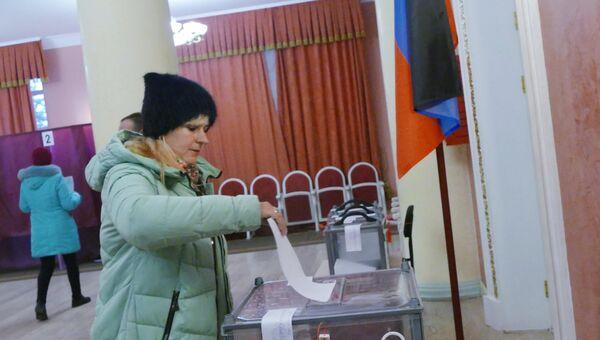Женщина голосует на выборах главы ДНР и депутатов Народного совета ДНР на избирательном участке № 158 в Куйбышевском районе Донецка. 11 ноября 2018