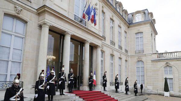 Почетный караул у Елисейского дворца перед началом мероприятий, посвященных 100-летию окончания Первой мировой войны. 11 ноября 2018