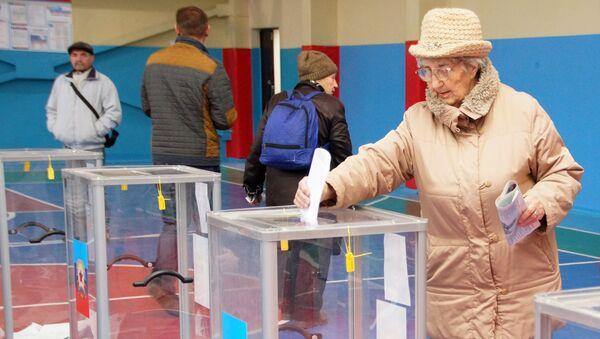 Жители Луганска во время голосования на одном из избирательных участков в Луганске на выборах главы и депутатов Народного совета Луганской народной республики