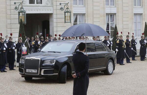 Автомобиль Aurus кортежа президента РФ Владимира Путина у Елисейского дворца. 11 ноября 2018