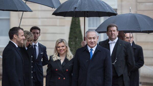 Приветствуют премьер-министра государства Израиль Биньямин Нетаньяху и его супругу Сару у Елисейского дворца перед началом мероприятий, посвященных 100-летию окончания Первой мировой войны. 11 ноября 2018