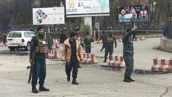 Полицейские рядом с местом взрыва в Кабуле, Афганистан. 12 ноября 2018