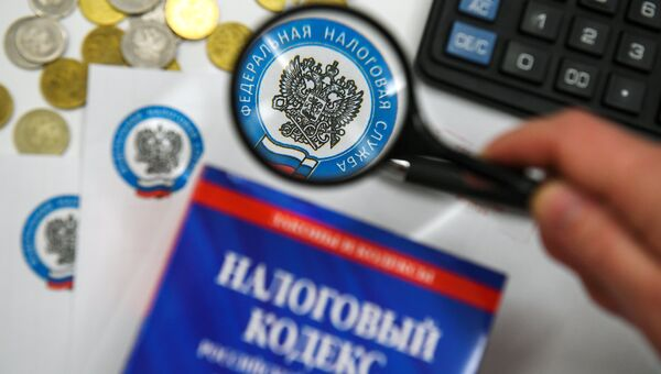 Налоговый кодекс РФ и конверты с логотипом ФНС РФ. Архивное фото