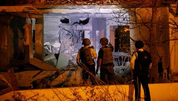 Сотрудники службы безопасности проверяют дома в израильском городе Ашкелоне после ракетной атаки из сектора Газы. 12 ноября 2018