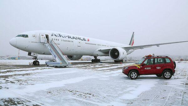 Самолет Boeing-777 авиакомпании Air France в аэропорту Иркутска