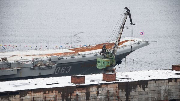 Крейсер Адмирал Кузнецов у причала 35-го судоремонтного завода в Мурманской области