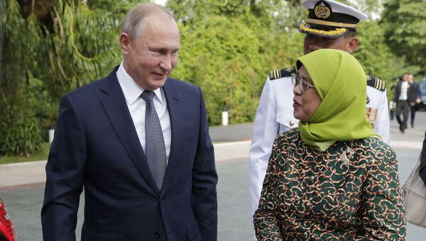 Владимир Путин и президент Сингапура Халима Якоб во время церемонии официальной встречи. 13 ноября 2018