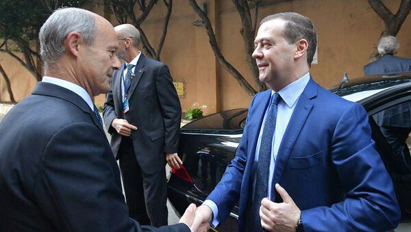 Дмитрий Медведев перед началом церемонии совместного фотографирования глав делегаций на международной конференции по Ливии в Палермо. 13 ноября 2018