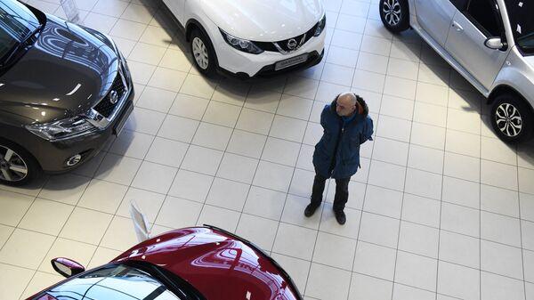Покупатель в автосалоне