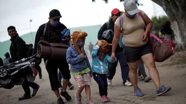 Мигранты из бедных центрально американских стран, направляющиеся в США, отправляются из лагеря в Хуан Родригес Клара, Мексика. 13 ноября 2018