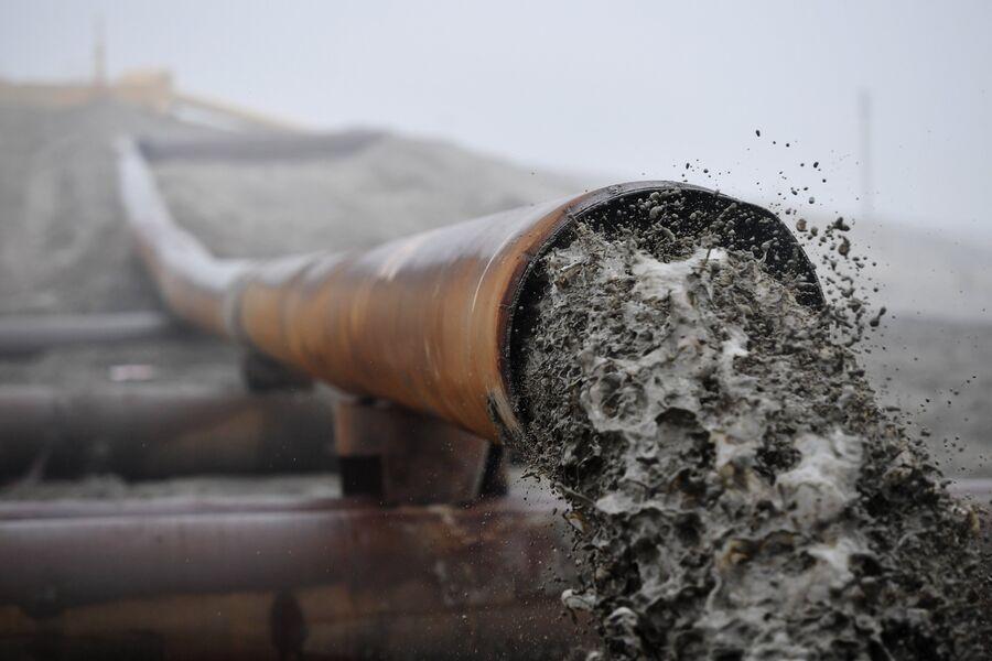 Добыча янтаря в карьере АО «Янтарный комбинат» в поселке Янтарный Калининградской области