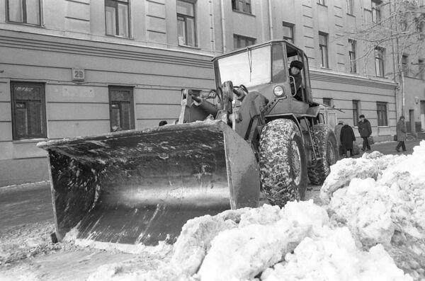 Уборка снега на столичной улице.