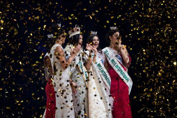 Победительница конкурса красоты Мисс Интернешнл - 2018 Mariem Claret Vlazco Garcia в окружении девушек, занявших призовые места. Токио, Япония