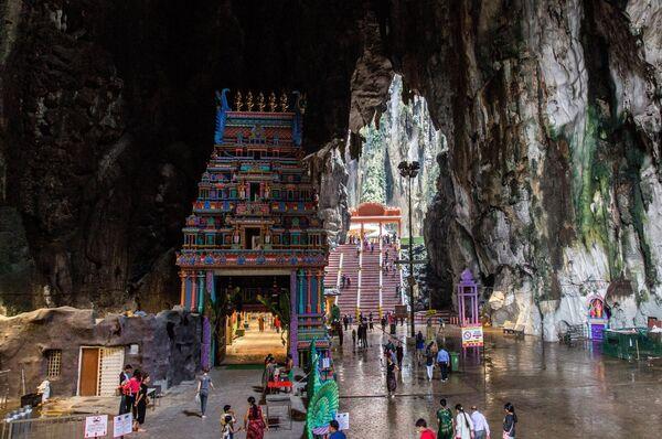 Туристы в пещерах Бату в Куала-Лумпуре