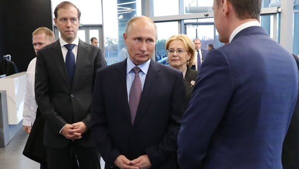 Владимир Путин во время посещения завода Герофарм в Санкт-Петербурге. 16 ноября 2018