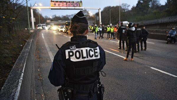 Сотрудник полиции во время акции Желтые жилеты во Франции. 17 ноября 2018