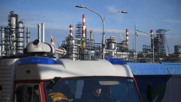 Автомобиль пожарной службы у Московского нефтеперерабатывающего завода в Капотне, где произошел пожар