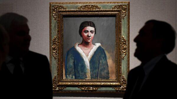 Посетители рассматривают картину Портрет Ольги в меховом воротнике (1922-1923 гг.) художника П. Пикассо на выставке Пикассо & Хохлова